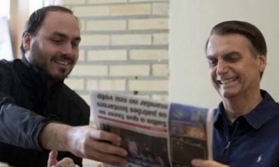 Carlos e Jair Bolsonaro lendo jornal