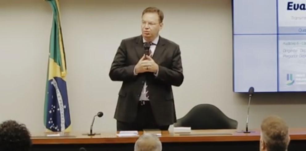 """""""Querem expulsar Deus da arena pública"""", afirma juiz cotado para o STF"""
