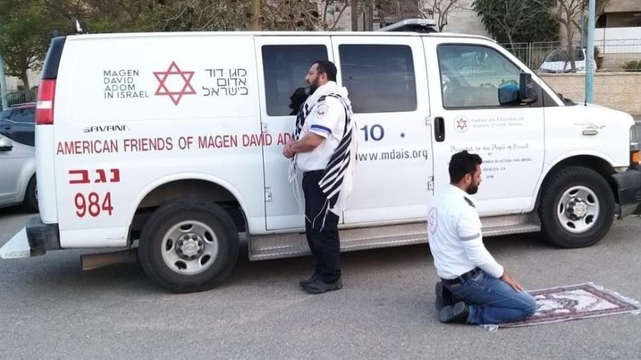 Paramédicos judeu e muçulmano fazem preces juntos em Israel