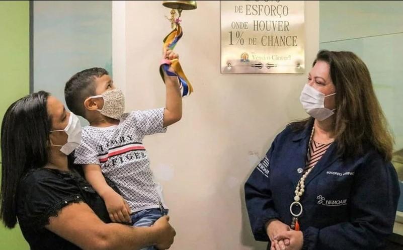 """Mãe testemunha """"milagre de Deus"""" após filho de 4 anos ser curado de câncer"""