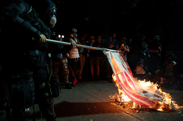Black Lives Matters queima bíblias e a bandeira dos Estados Unidos