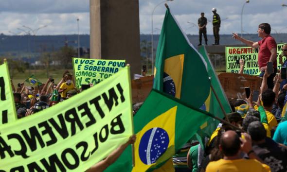 'Saia, Bolsonaro!' dizem ex-apoiadores do Brasil como COVID-19, vacinas pesam